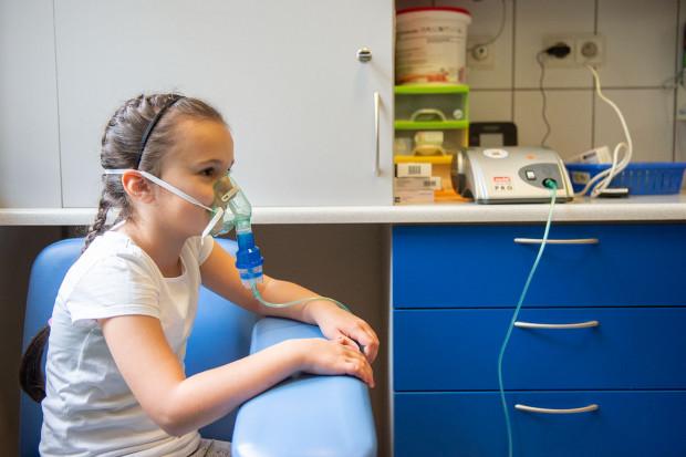 Podczas zajęć w Szkole astmy duży nacisk kładzie się na wyjaśnienie, jak działają leki wziewne, jakie są ewentualne skutki uboczne ich stosowania i jak można je zminimalizować.