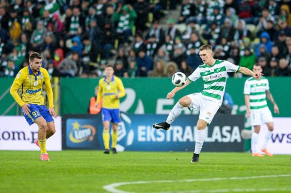 Lechia Gdańsk odczuje finansowo sportowy progres jaki zaliczyła przez ostatnio rok. Biało-zieloni otrzymają od Ekstraklasy S.A. blisko 4,5 mln zł więcej niż za poprzedni sezon. Natomiast Arka Gdynia z przewidzianej do podziału puli otrzyma podobną kwotę jak przed rokiem.