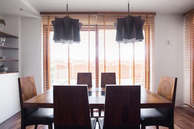 Rolety drewniane - są wykonane z naturalnego materiału i pozwalają wpuszczać do wnętrz światło z różną mocą i pod różnym kątem.