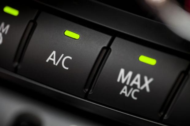 Warto regularnie serwisować układ klimatyzacji.