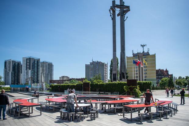 Przy fontannach ECS ustawiono już symboliczny okrągły stół, przy którym w ramach Święta Wolności i Solidarności będą się odbywać warsztaty manualne i spotkania.