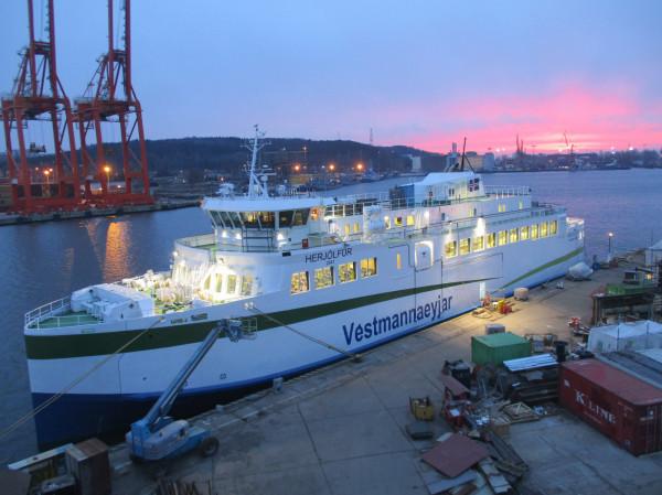 Statek jest wyposażony w hybrydowy system napędu głównego.