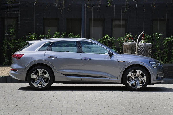 Pod względem wielkości e-tron pozycjonowany jest w gamie Audi między modelami Q5 a Q7.