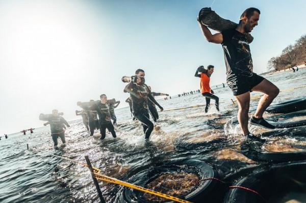 Uczestnicy biegu Runmageddon do pokonania będą mieli wiele przeszkód na plaży, w morzu oraz parku Kolibki.