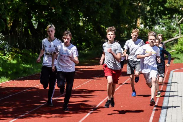 Czwartki Lekkoatletyczne to okazja, by sprawdzić się z rówieśnikami w kilku konkurencjach sportowych.