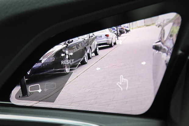 Wirtualne lusterka ustawia się na dotykowym ekranie OLED.