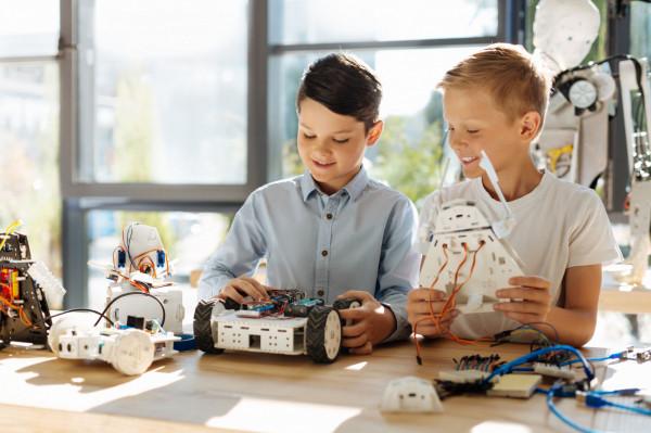 Podczas dodatkowych zajęć dzieci mogą rozwijać pasje i zainteresowania.