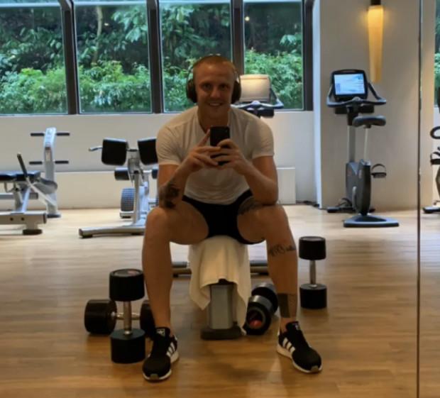 Mimo odpoczynku, piłkarze nie zapominają o treningach. Na zdjęciu Daniel Łukasik z Lechii Gdańsk w siłowni.