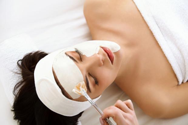 Starzenie się skóry rozpoczyna się po 25 roku życia i związane jest nie tylko z naturalnymi procesami, ale i z wieloma czynnikami.