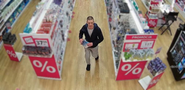 Widoczny na zdjęciu mężczyzna może mieć związek z kradzieżą perfum.