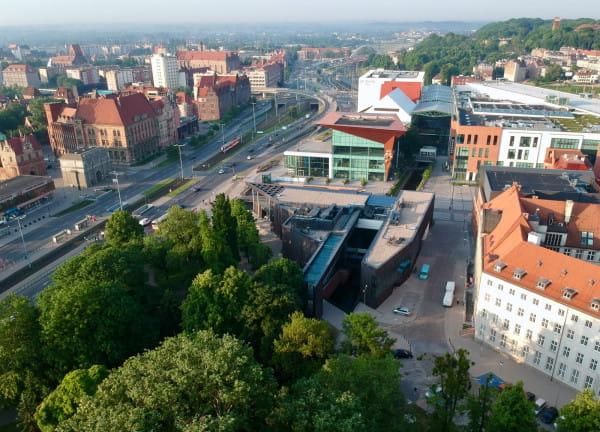 """Kanał Raduni """"wychodzi"""" spod ziemi za Forum Gdańsk, na wys. Kunsztu Wodnego (w centrum zdjęcia)."""