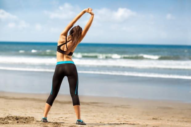 Bieganie po plaży to sama przyjemność, jednak trzeba uważać na kontuzje.