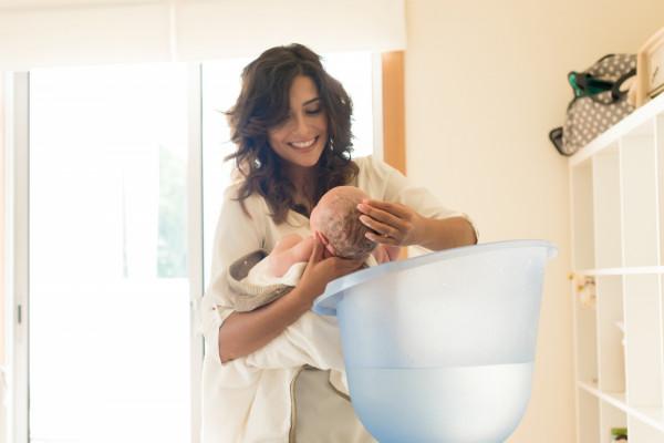 W pierwszych miesiącach życia niemowlęta nie potrzebują wielu kosmetyków. Dziecko można kąpać w czystej wodzie.