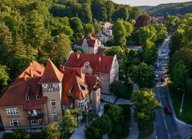 Jaśkowa Dolina to zielona oaza w środku miasta, wciśnięta między pasma zalesionych wzgórz. Na zdjęciu: widok w stronę Piecek-Migowa (Moreny), na pierwszym planie kamienica wielorodzinna pod adresem JD 38