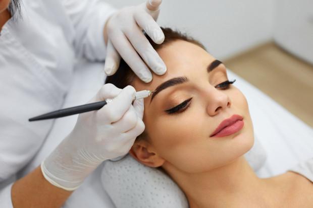 Aktualne trendy w makijażu permanentnym mówią wyraźnie, że efekt takiego zabiegu powinien być delikatny - ma podkreślać urodę i jej naturalność.