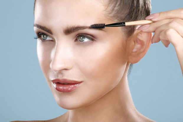 Wśród kosmetyków do makijażu brwi można znaleźć cienie, pomady, żele oraz kredki i koloryzujące mascary.