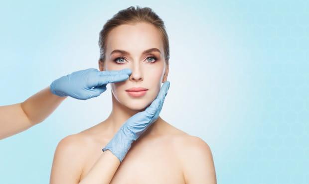 Jeżeli nie jesteśmy w stanie zaakceptować kształtu nosa, a operacja jest ostatnią rzeczą, na jaką chcemy się zdecydować, z pomocą przychodzi kwas hialuronowy. Niestety, zabieg koryguje jedynie drobne niedoskonałości.
