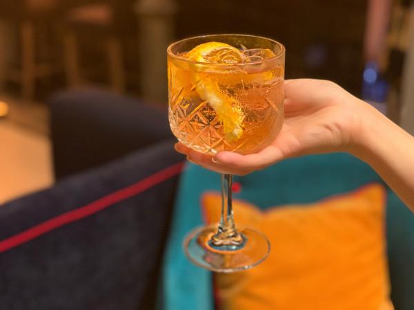 Letnie koktajle powinny orzeźwiać, gasić pragnienie, efektownie wyglądać i rzecz jasna wyróżniać się smakiem. Autorskimi przepisami podzielili się z nami szefowie trójmiejskich restauracji i koktajlbarów. Na zdjęciu: włoski gin infuzowany, pomarańcza z tonikiem.