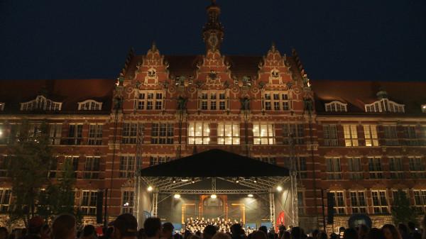 Plac przed gmachem głównym Politechniki Gdańskiej jest idealnym miejscem do organizacji tego typu koncertów.