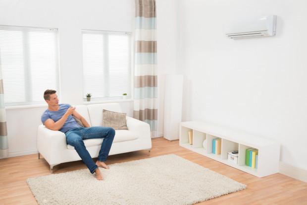 Coraz więcej osób przyzwyczajonych do komfortu m.in. w biurze decyduje się na montaż urządzenia, które powietrze schłodzi także w domu.