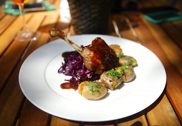 Kacze udo z ziemniakami z pieca i modrą kapustą