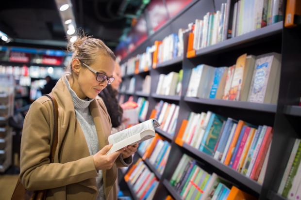 Zainteresowanie czytaniem książek w naszym kraju nie rośnie, ale co ciekawe - zwiększa się liczba osób kupujących książki.