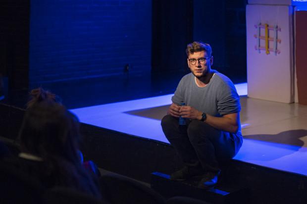 - Uwielbiam styl pracy wolnego artysty. Na szczęście nie mamy przymusu wystawiania spektakli. Nie stoimy pod ścianą, robimy je dlatego, bo chcemy, a nie dlatego, że musimy - mówi Tomasz Valldal Czarnecki, założyciel i reżyser Teatru Komedii Valldal.