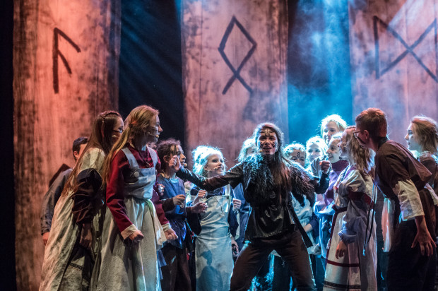 """Teatr Komedii Valldal przygotowuje duże produkcje musicalowe z udziałem dzieci i młodzieży. Jedną z nich, wciąż obecną w repertuarze, są """"Wikingowie. Musical nieletni"""" (na zdjęciu)."""
