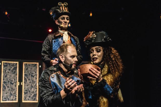 """Teatr Komedii Valldal to nie tylko przedstawienia dla dzieci, realizowane przez dzieci. Produkcją dla dorosłych jest """"Hotel Palace"""" (na zdjęciu)."""