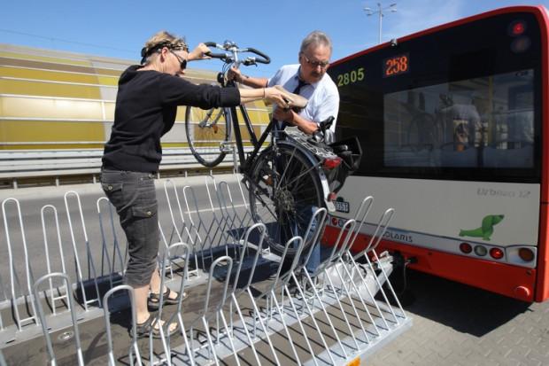 Autobus dla rowerzystów w Tunelu pod Martwą Wisłą kursuje codziennie. Cyklistom pomagają kierowcy.