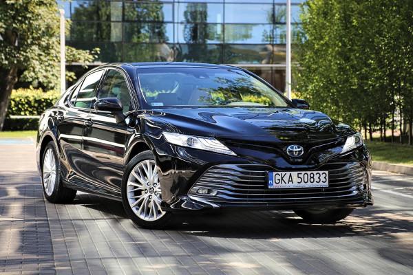 Toyota Camry wróciła do polskich salonów.