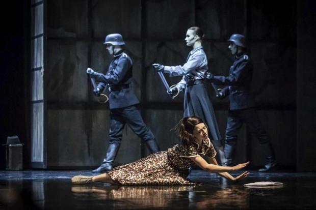 Rolę tytułowej Anny Frank, która opisuje rzeczywistość ukrywających się u dobrych ludzi Żydów, zagrała i zatańczyła Maria Kielan (na pierwszym planie).