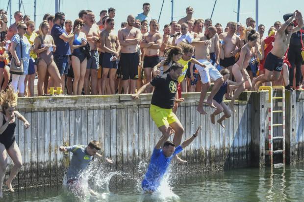 201 osób skoczyło 23 czerwca z molo do wody w charytatywnej akcji zbiórki pieniędzy na leczenie Kacpra i Alka