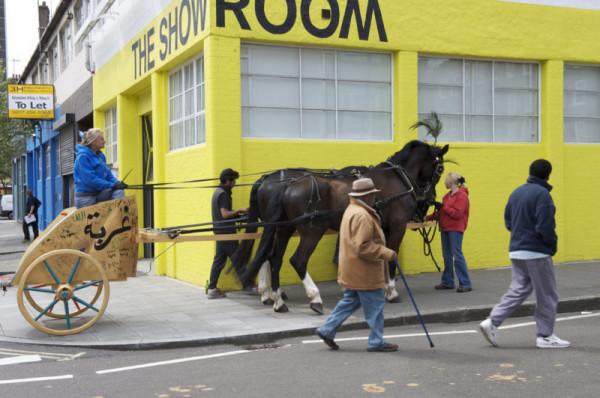 20 kwietnia 2010 r. rydwan, pokryty politycznym graffiti, zaprzężony w dwa czarne konie, wyjechał na ulice Londynu.
