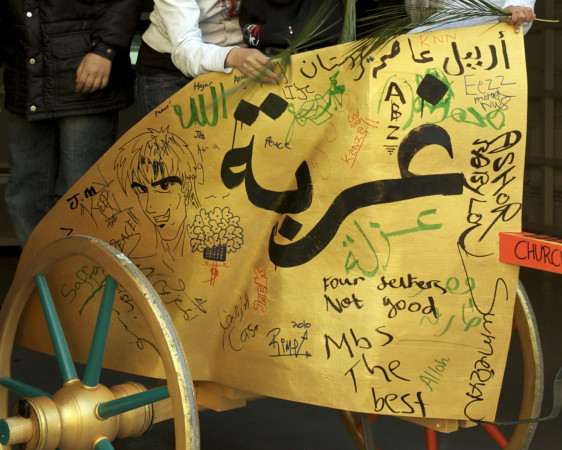 Na prośbę Rajkowskiej rydwan został oznaczony przez Hiwę K, kurdyjskiego artystę z Iraku, dwoma napisami: عربة - co oznacza rydwan - i غربة - co oznacza wyobcowanie [estrangement]. Słowa te różnią się w zapisie arabskim jedynie jedną kropką. Gest Hiwy stał się zachętą do umieszczania napisów na rydwanie przez ludzi z okolicy i wkrótce rydwan stał się ekranem politycznych marzeń, dążeń i frustracji. Jako że okolice Edgware Road zamieszkują głównie przybysze z Bliskiego Wschodu i Azji, na rydwanie pojawiły się przede wszystkim hasła po kurdyjsku i arabsku oraz w języku urdu. Jak informuje na swojej stronie internetowej twórczyni rydwanu, czasem dochodziło do sporu odnośnie znaczeń napisów, najczęściej do aplauzu. Mobilny rydwan stał się też nośnikiem haseł dotyczących terytorium - Kurdystanu, Sulejmanii i dzielnicy Londynu o kodzie NW8. Dzieci używały rydwanu do przejażdżek po ulicach.