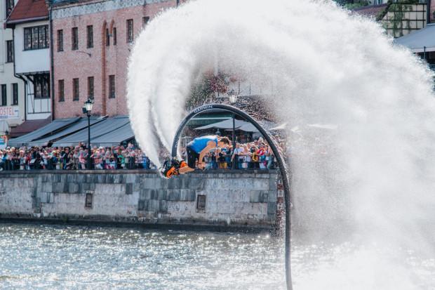 Flyboarding, to jedna z atrakcji, która będzie dostępna dla wszystkich chętnych w sobotę od godz. 16. Dzięki odrzutowi potrafi unieść uczestnika na 20 metrów nad wodą.