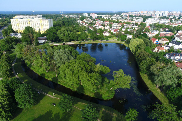 """Zbiornik """"Subisław"""" (ul. Subisława/Pomorska) na potoku Oliwskim uległ poważnym zniszczeniom podczas ulewy w lipcu 2016 roku: pękła zapora czołowa i ścianka szczelna, woda zalała część Przymorza, Żabianki i Jelitkowa."""