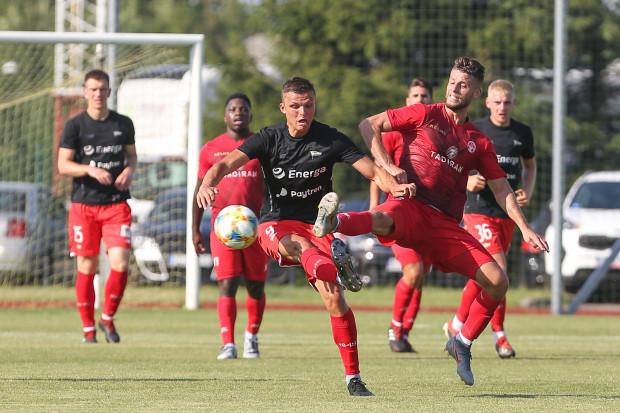 26 czerwca Lechia Gdańsk przegrała w sparingu z Hapoelem Beer Szewa 0:3. Na zdjęciu Patryk Lipski i Marwan Kabha.