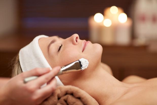 Oprócz domowej pielęgnacji możemy skorzystać również z zabiegów oferowanych w gabinetach kosmetycznych.