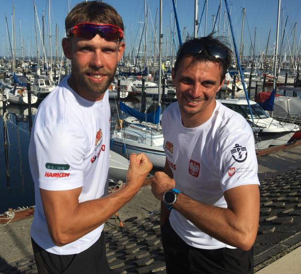 Łukasz Przybytek (z prawej) i Paweł Kołodziński w Kieler Woche są liderami w klasie 49er przed wyścigiem medalowym.