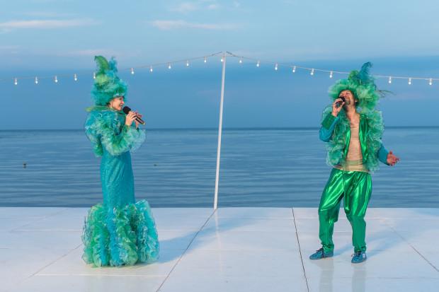 """Kostiumy przygotowane przez Sabinę Czupryńską przeważnie odpowiadają charakterowi gości transatlantyku. Kontrastują z nimi kreacje Beaty Buczek-Żarneckiej i Jakuba Kornackiego podczas piosenki """"Zielono mi"""" (na zdjęciu)."""