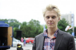 """Jakub Gierszał, który zagrał główną rolę w """"Sali Samobójców"""", wywołał zachwyt wśród młodych fanek."""