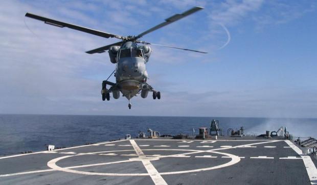 Nowoczesny SH-2G ląduje na pokładzie polskiej fregaty.