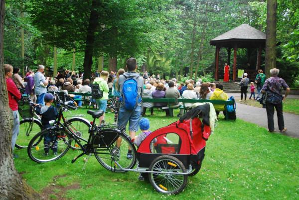 W letnie soboty, w samo południe, warto wybrać się do parku Oliwskiego, gdzie będą odbywały się tradycyjne altankowe koncerty gości Polskiego Chóru Kameralnego. Udział w nich jest darmowy.