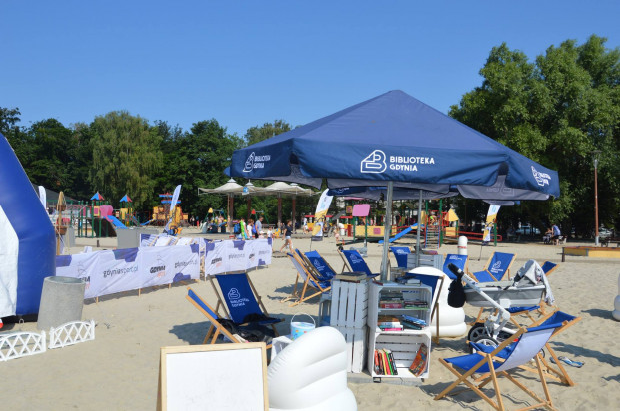 W letniej czytelni na plaży w gdyńskim Śródmieściu można skorzystać z wielu tytułów.