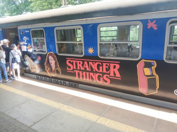 """Promocja serialu """"Stranger Things"""" na wagonie SKM. Spotkanie z aktorami produkcji będzie jedną z atrakcji Openera."""