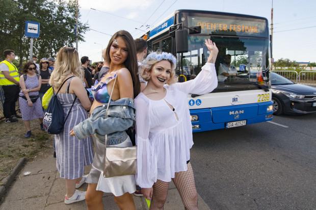 Jak zawsze spod gdyńskiego dworca głównego na teren imprezy kursować będą specjalne autobusy oznaczone OF. To najlepsza opcja, aby dotrzeć pod samą bramę Openera.