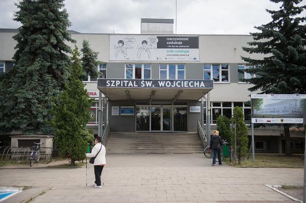 Pracownicy SOR przy Szpitalu św. Wojciecha twierdzą, że z powodu braków kadrowych nie są w stanie wypełnić wszystkich sierpniowych dyżurów. Dyrekcja szpitala zapewnia jednak, że zatrudnienie jest większe, niż obliguje ustawa.