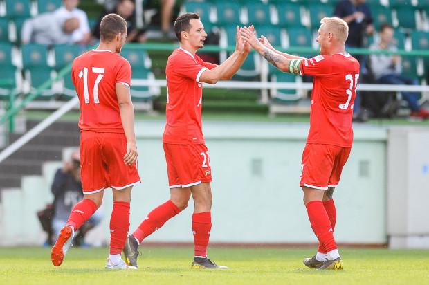 Rafał Wolski (w środku) przyjmuje gratulacje po golu strzelonym Olympiakosowi Pireus. Dla pomocnika Lechii Gdańsk był to pierwszy mecz od stycznia.