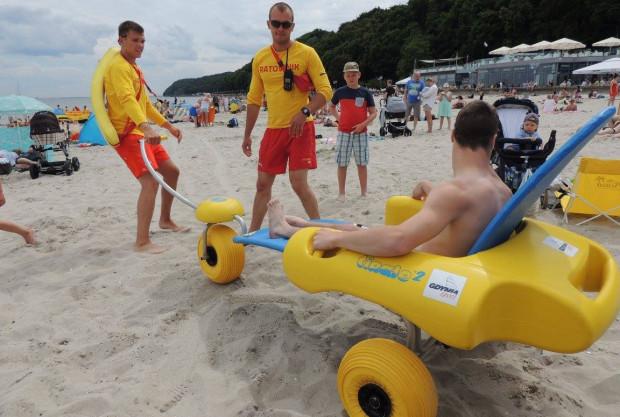 Dzięki specjalnemu wózkowi osoby z niepełnosprawnościami mogą skorzystać z morskiej kąpieli.